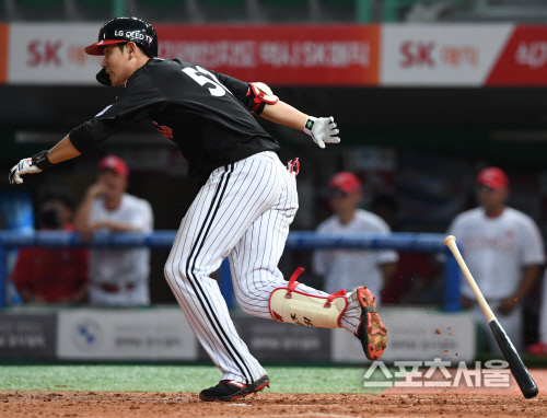 LG 트윈스 홍창기가 지난달 28일 문학 SK전에서 타격하고있다. 문학 | 김도훈기자 dica@sportsseoul.com