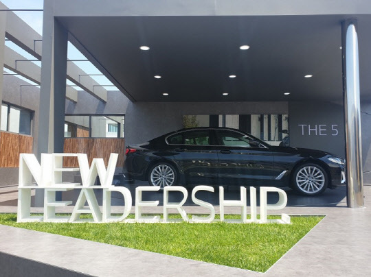 BMW코리아가 지난 5월 인천 영종도 BMW 드라이빙 센터에서 전 세계 최초로 공개한 신형 5시리즈 모델.<디지털타임스 DB>