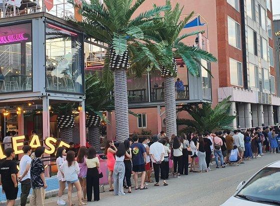 31일 오후 7시쯤. 양양 인구 해변 A게스트하우스 앞으로 긴 행렬이 늘어섰다. 저녁 파티에 입장하려는 청춘의 모습이다. 대부분 마스크가 없다. 거리두기도 제대로 지켜지지 않는 모습이다. 백종현 기자