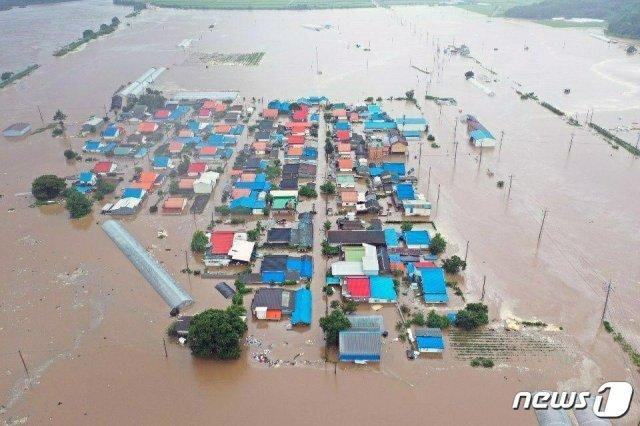 5일 폭우로 인한 한탄강 범람으로 강원 철원군 동송읍 이길리 일대가 침수됐다. (독자 제공) 2020.8.5/뉴스1 © News1