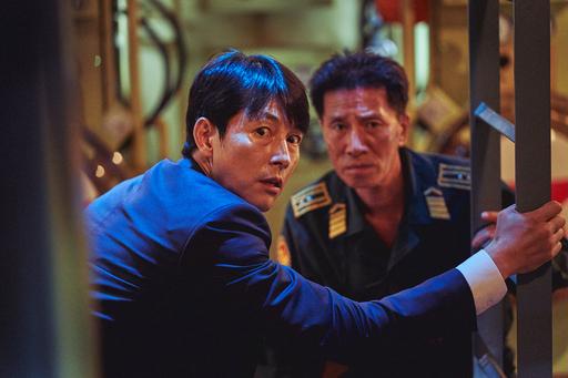 '강철비2: 정상회담'에서 한국 대통령 한경재(정우성·왼쪽)는 무기력한 모습으로 그려지다 결정적 순간에 양보해 결국 원하는 것을 성취한다.롯데엔터테인먼트 제공