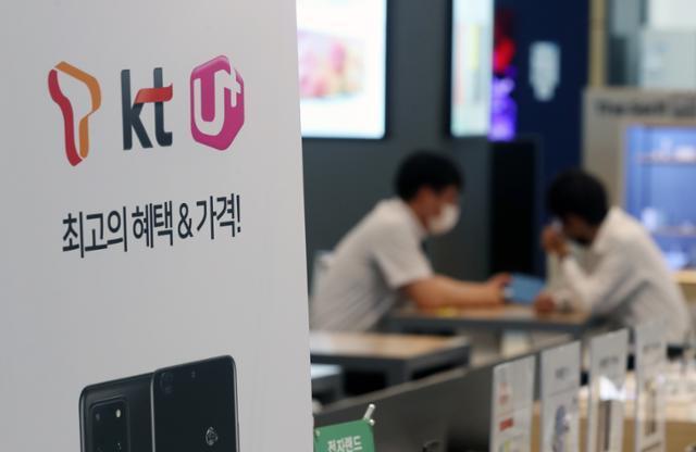 과학기술정보통신부가 서울과 6대 광역시에서 2020년도 상반기 5G 서비스 품질평가를 발표한 5일 서울 용산구의 한 전자제품 매장 모바일 코너에서 직원들이 업무를 보고 있다. 뉴시스