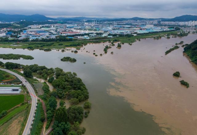 대전지역에 호우경보가 발효된 지난달 30일 대전 대덕구 인근 금강과 갑천 합류 지점에 물이 불어나 있다. 뉴스1