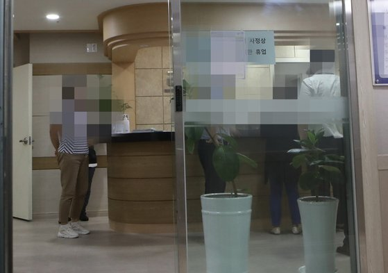 5일 오전 9시 25분쯤 입원 환자가 퇴원하라는 의사를 흉기로 찔러 사망케한 부산 북구 화명동의 한 의원. 송봉근 기자 20200805