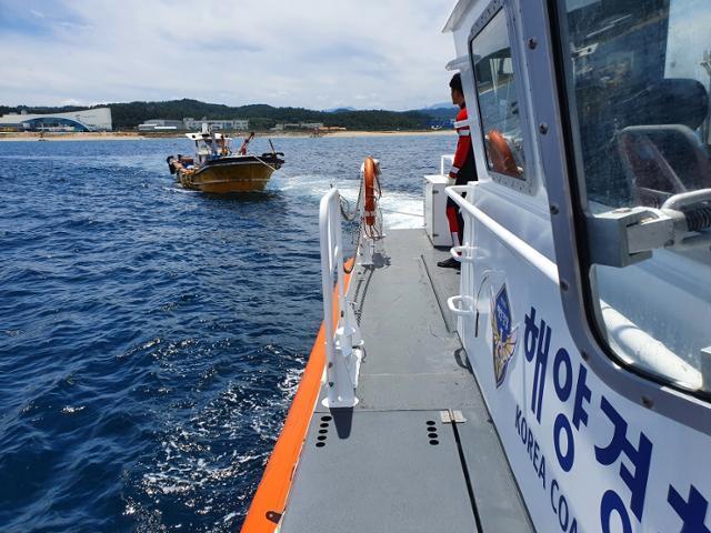 울진해양경찰서 경비함정이 지난달 18일 오후 경북 울진군 죽변항 북쪽 2.8㎞ 해상에 좌초된 4.99톤 어선을 죽변항으로 예인하고 있다. 울진해양경찰서 제공