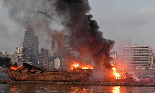 4일(현지시간) 레바논 베이루트 항구에서 대폭발이 발생한 직후 근처에 있던 선박과 차량이 불길에 휩싸여 있다.베이루트=AFP연합뉴스