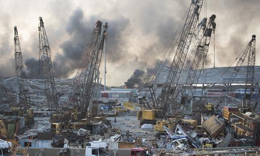 레바논 수도 베이루트의 항구에서 4일(현지시간) 두 차례 대규모 폭발이 발생한 후 처참하게 변한 현장 모습. 베이루트=AP연합뉴스
