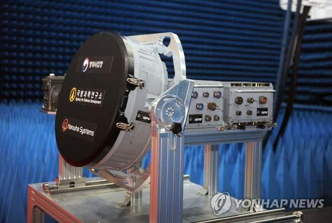 실물 공개된 KF-X 핵심장비 'AESA 레이다' (서울=연합뉴스) 방위사업청이 7일 한화시스템 용인종합연구소에서 한국형전투기(KF-X)에 탑재할 핵심장비인 'AESA 레이다 시제품 출고식 행사'를 개최했다.      AESA 레이다는 2016년부터 국방과학연구소 주관으로 개발 중인 전투기용 레이다로 KF-X에 탑재되는 핵심장비이다.      사진은 이날 출고식에서 공개된 AESA 레이다.       [방위사업청 제공. 재판매 및 DB 금지] photo@yna.co.kr