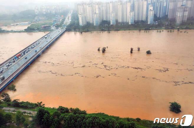 광주에는 전날부터 8일 오전 10시까지 440.8㎜의 비가 내리면서 북구 지역을 지나는 영산강 물이 황톳빛으로 변해 있다.(독자 노정철씨 제공) 2020.8.8/뉴스1 © News1 박영래 기자