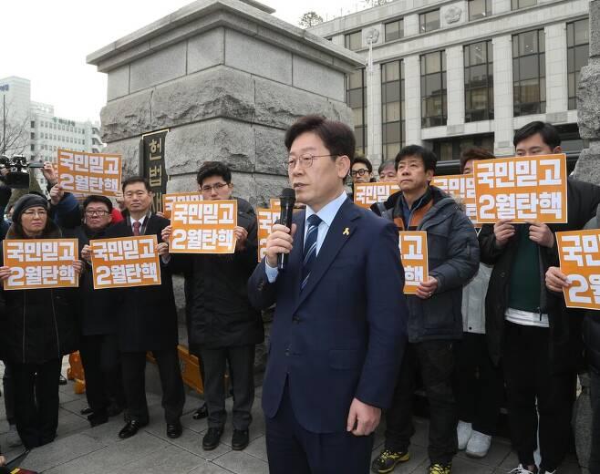 """이재명 성남시장이 2017년 2월7일 오후 박근혜 대통령 탄핵심판이 열리고 있는 서울 종로구 계동 헌법재판소 앞에서 긴급기자회견을 열어 """"헌재는 국민을 믿고 2월 중 탄핵을 결정해달라""""고 촉구했다. 당시 이재명 시장은 국정농단 초기부터 박근혜 대통령 하야 및 탄핵을 정치인 가운데 가장 먼저 주장했다. 이정우 선임기자 woo@hani.co.kr"""