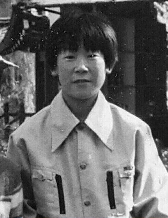 야구 글러브를 만들던 성남 대양실업에 다니던 소년공 이재명의 모습. 이 지사는 이 공장에서 왼쪽 팔뚝에 평생 장애를 남기는 산재를 당했다. 이재명 경기도지사 제공