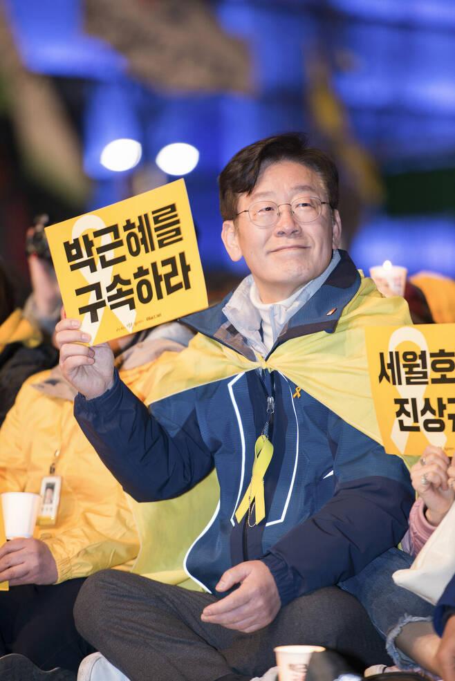이재명 당시 성남시장이 2017년 초 광화문 촛불집회에 참석해 '박근혜 구속하라'는 손팻말을 들고 있다. 이재명 경기도지사 제공