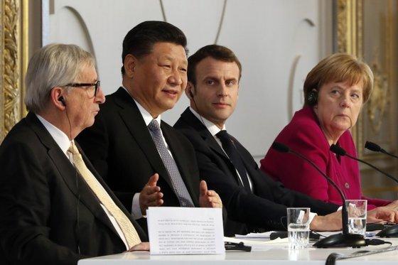 지난해 3월 프랑스 파리 엘리제궁에서 시진핑 중국 국가주석(왼쪽에서 2번째)이 에마뉘엘 마크롱 프랑스 대통령과 앙겔라 메르켈 독일 총리와 함께 기자 회견을 하고 있다. 시 주석 왼쪽은 장 클로드 융커 유럽연합 집행위원장. [AP=연합뉴스]