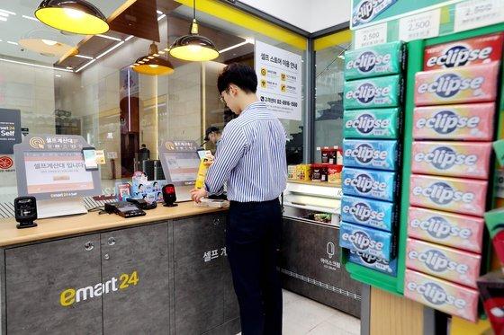 무인편의점인 이마트24 nc타워점에서 한 방문객이 물품을 구입하고 있다. 이마트24는 무인점포 56개, 하이브리드 점포 34개를 운영하고 있다. 우상조 기자
