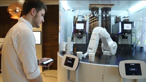 미국 샌프란시스코에 위치한 카페X는 로봇이 커피를 서빙하는 무인점포다. 사진 유튜브 캡처