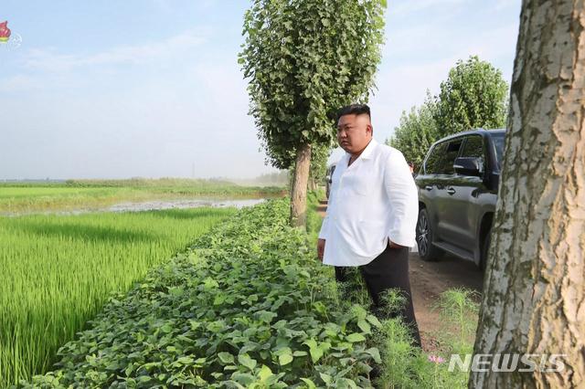 [서울=뉴시스] 북한 조선중앙TV는 김정은 북한 국무위원장이 황해북도 은파군 대청리 일대 홍수 피해 현장을 방문, 유사시에 사용하기 위해 비축한 전시 예비 물자와 식량을 수재민 지원에 활용하도록 지시했다고 7일 보도했다. (사진=조선중앙TV 캡처) 2020.08.07. photo@newsis.com