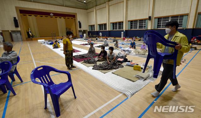 [광주=뉴시스] 류형근 기자 = 비가 많이 내린 8일 오전 전남 곡성군 오산면 오산초등학교 강당에 주민들이 대피해 있다. 2020.08.08.  hgryu77@newsis.com