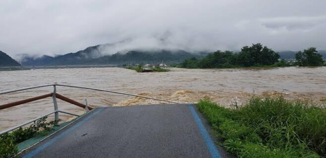지난 8일 낮 전북 남원시 금지면 섬진강 제방이 붕괴돼 강물이 인근 마을과 농경지로 흘러가고 있다. 전북소방본부제공