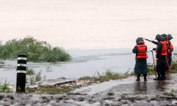 의암호 실종자 수색 나서는 군장병 - 의암댐 선박 전복 사고 발생 나흘째인 9일 강원 춘천시 서면 당림리 인근 북한강에서 군장병들이 실종자 수색에 나서고 있다.     지난 6일 오전 강원 춘천시 의암댐 인근에서 인공 수초섬을 고정 작업하던 민간 고무보트와 춘천시청 행정선(환경감시선), 경찰정 등 선박 3척이 전복되는 사고가 나 현재 3명이 실종 상태다. 2020.8.9 연합뉴스