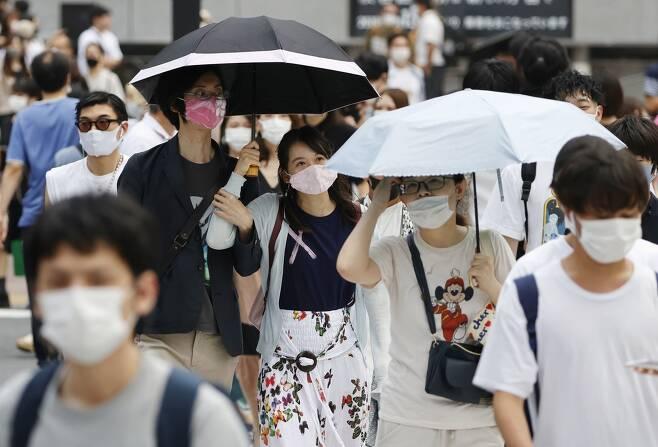 (도쿄 교도=연합뉴스) 8일 오후 일본 도쿄도(東京都) 시부야(澁谷)구의 횡단보도에서 양산을 쓴 사람들이 길을 건너고 있다. 2020.8.9