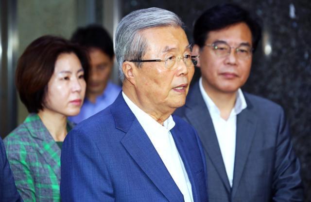 김종인 미래통합당 비상대책위원장이 6일 국회에서 비공개 비상대책위원회의를 마친 뒤 기자들의 질문에 답하고 있다. 오대근 기자