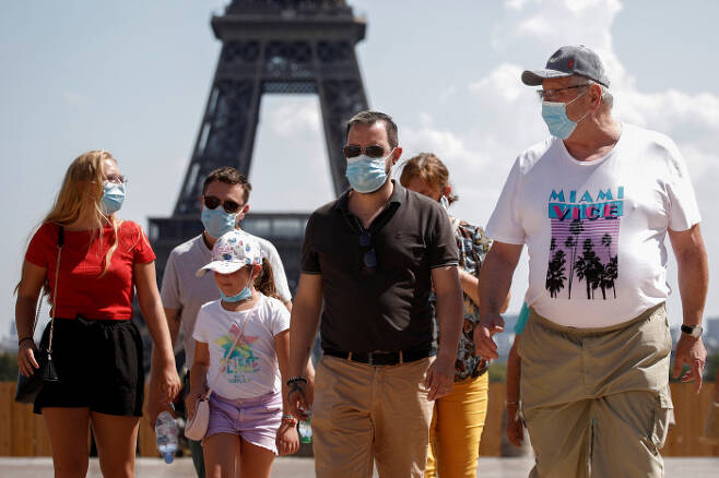 마스크를 쓴 사람들이 프랑스 파리 에펠탑 인근 트로카데로 광장을 지나고 있다. /로이터 연합뉴스