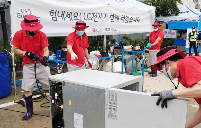 [서울=뉴시스] LG전자는 최근 갑작스런 폭우로 피해를 입은 지역에서 수해 복구 서비스 활동을 하고 있다. 사진 LG전자