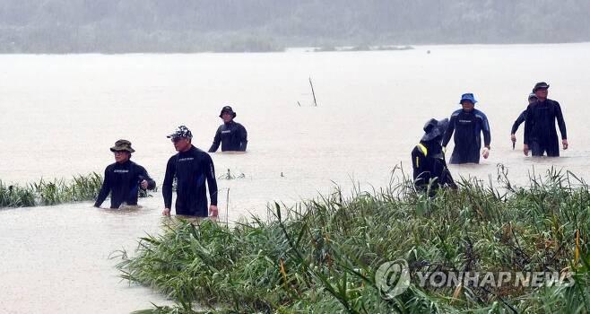 의암호 선박 전복 사고 발생 나흘째인 지난 9일 강원 춘천시 서면 인근 북한강에서 구조대원들이 실종자 수색에 나서고 있다. [연합뉴스 자료사진]