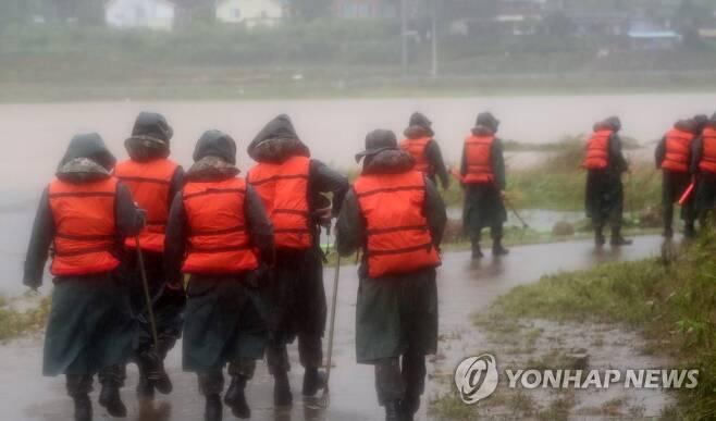 의암댐 선박 전복 사고 발생 나흘째인 지난 9일 강원 춘천시 서면 당림리 인근 북한강에서 군장병이 실종자 수색에 나서고 있다. [연합뉴스 자료사진]