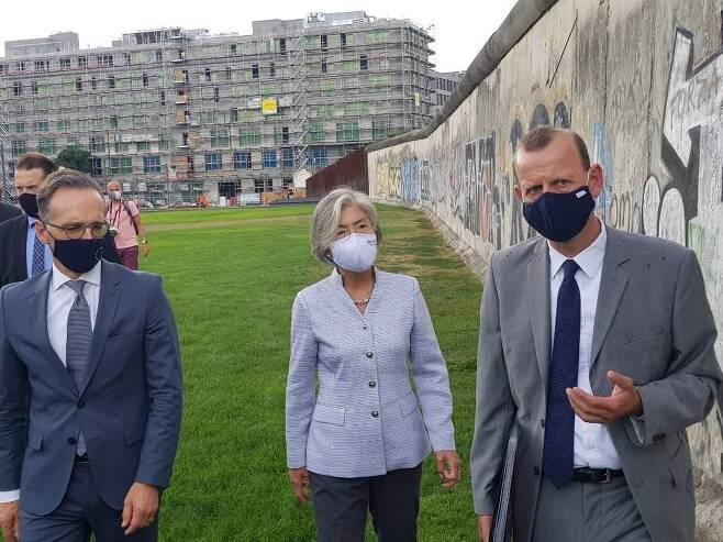 베를린 장벽공원을 찾아 설명을 듣는 강경화 외교장관(가운데)과 하이코 마스(왼쪽) 독일 외교장관 [베를린=연합뉴스]