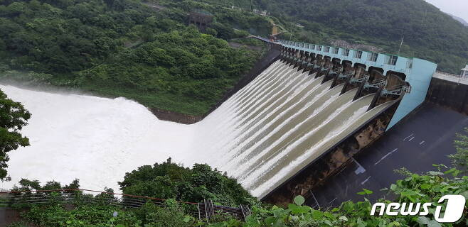 섬진강댐 방류 모습. 섬진강댐은 집중호우가 지속된 지난 8일 초당 1868톤의 물을 긴급 방류했다. 주민들은 이날 방류로 섬진강 수계 중하류 지역들이 큰 수해를 입었다고 주장하고 있다.2020.8.12 /© 뉴스1 © News1