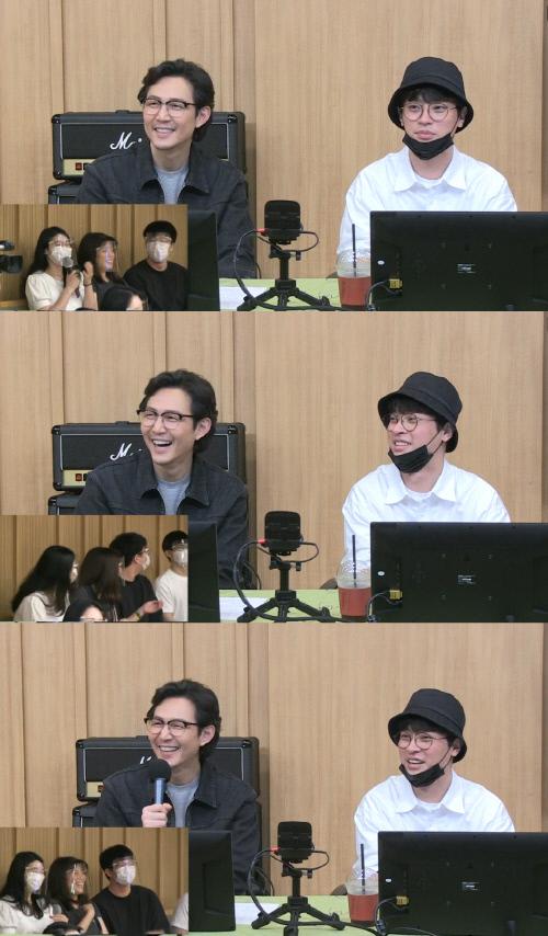 12일 방송된 SBS 파워FM '두시 탈출 컬투쇼'에 배우 이정재(왼쪽)와 박정민이 게스트로 등장했다. 출처|SBS