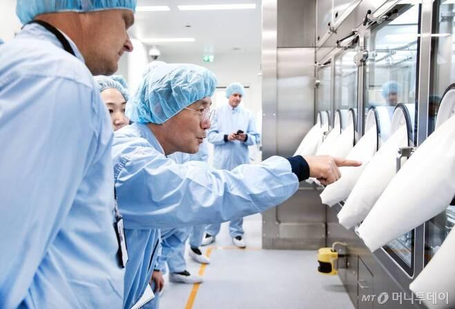 아스트라제네카-KOTRA-바이오협회 간의 '바이오헬스 산업 협력 의향서 체결식'에 참석한 성윤모 산업통상자원부 장관 15일(현지시간) 스웨덴 아스트라제네카 공장을 시찰하고 있다. /사진제공=산업통상자원부