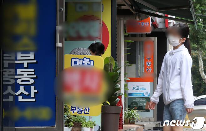 서울 강남구 아파트단지 밀집지역에 위치한 부동산. 2020.8.11/뉴스1 © News1 이동해 기자