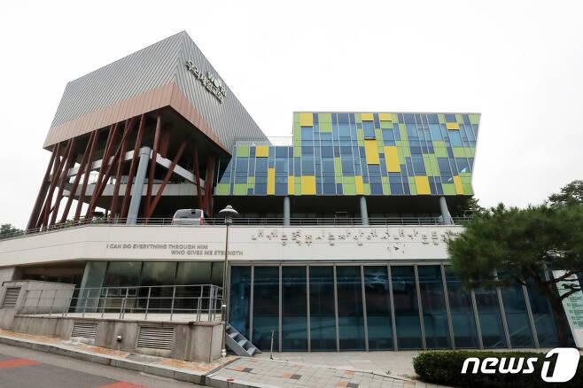 12일 경기도 용인시 기흥구 우리제일교회 정문이 닫혀 있다./뉴스1 © News1 조태형 기자