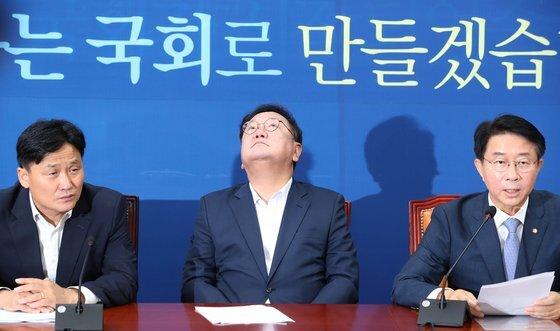 더불어민주당 김태년 원내대표(왼쪽 두 번째)가 6일 오전 서울 여의도 국회에서 열린 정책조정회의에서 조정식 정책위의장이 발언하는 동안 천정을 바라보고 있다. 오종택 기자
