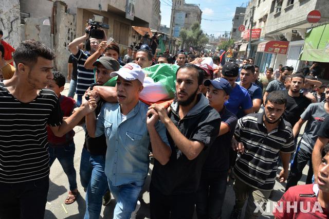 【가자지구=신화/뉴시스】7일 가자지구의 팔레스타인인들의 정례 시위에서 이스라엘군의 총에 맞아 숨진 14세 소년 칼레드 알라베이의 시신을 주민들이 옮기고 있다. 이날 시위대와 이스라엘군의 충돌로 2명이 죽고 76명이 중경상을 입었다고 임시 구호대는 발표했다. 2019.9.8