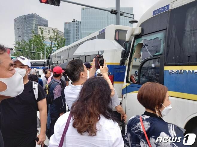 광복절인 15일 서울 도심 곳곳에서 집회가 이어진 가운데 집회에 동원된 한 경찰버스 운전석 유리창이 깨져 있다. 2020.8.15/뉴스1 © 뉴스1 이밝음 기자