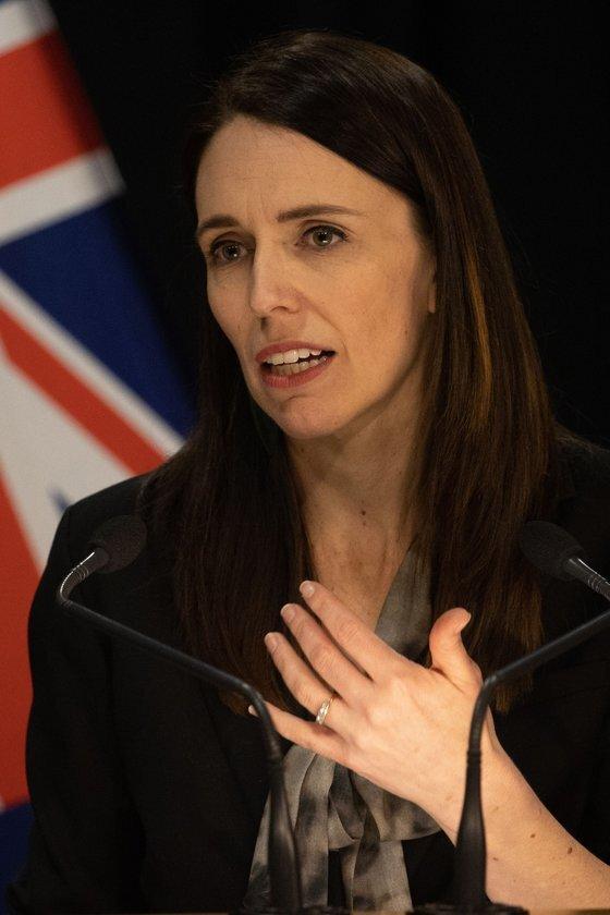 저신다 아던 뉴질랜드 총리가 지난 12일 긴급 기자회견을 열고 오클랜드를 재봉쇄한다고 발표하고 있다. [AFP=연합뉴스]