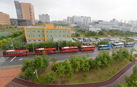 지난 달 28일 충북 혁신도시의 한 공공기관 앞에 수도권 근무자들이 이용하는 출퇴근용 통근버스가 길게 늘어서 있다. 이 혁신도시는 10여개의 공공기관이 입주해 있다. 도시가 수도권과 가깝다 보니 각 기관 근무자들의 절반이 출퇴근을 하고 있어 이주율이 전국 꼴찌가 됐다. [프리랜서 김성태]