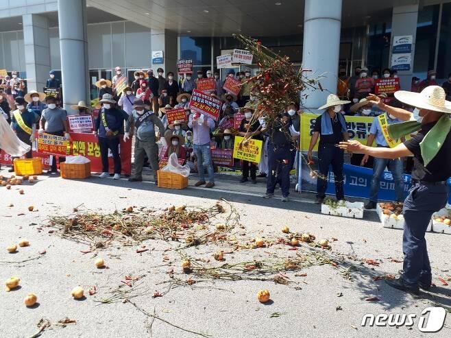 19일 오전 전북 진안 용담댐의 과다 방류로 피해 본 4곳 지방자치단체 주민들이 금강유역환경청에서 집단 항의를 하고 있다. (독자제공)© 뉴스1