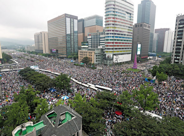 광복절인 지난 15일 서울 종로구 세종대로 일대에서 정부와 여당의 실책을 규탄하는 시민 수만명이 모여 항의 집회를 열고 있다. /장련성 기자