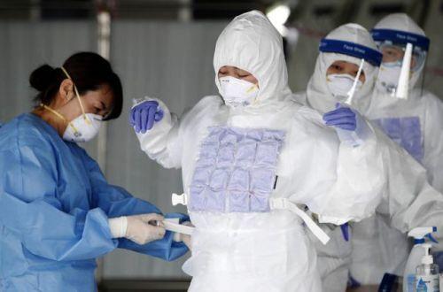 지난달 17일 광주 북구보건소 효죽공영주차장에 마련된 코로나19 선별진료소에서 의료진이 냉조끼를 입고 있다. 뉴시스