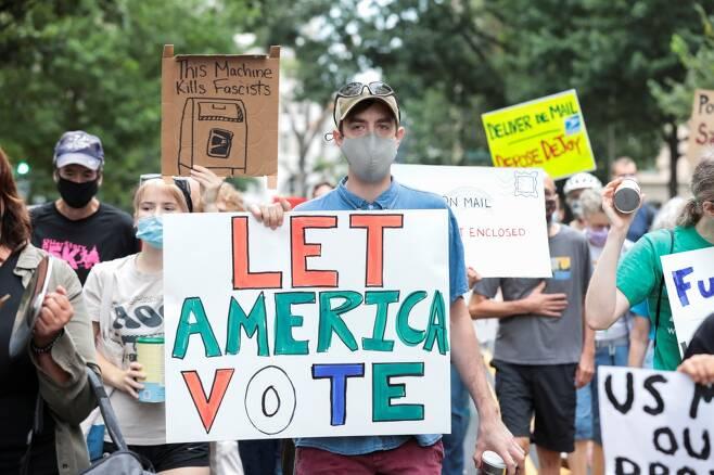 연방우체국(USPS) 앞에 모여 시위하는 사람들/사진=로이터