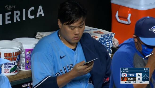 류현진이 18일 볼티모어전 팀 공격 때 더그아웃에서 수첩을 살펴보고 있다. MLB TV 중계화면 캡처