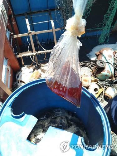 베트남 어부들이 경비정에 불붙이려 던진 '기름 폭탄' [EPA=연합뉴스]
