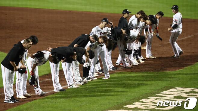 경기를 마친 한화 이글스 선수들이 관중들에게 인사하고 있다. /뉴스1 © News1 김기태 기자