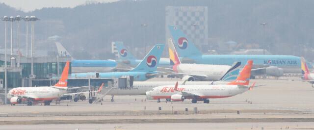 지난 4월2일 오후 인천국제공항 활주로에 여객기들이 멈춰 서 있다. 인천공항/백소아 기자 thanks@hani.co.kr