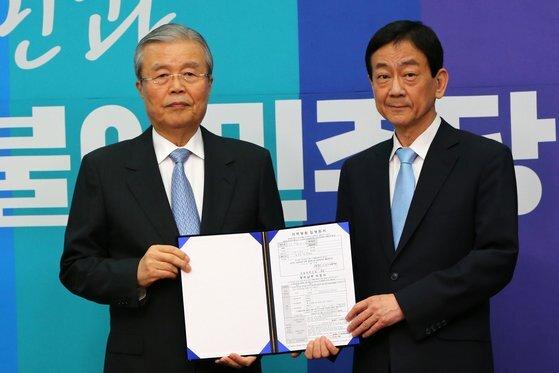2016년 3월 당시 새누리당을 탈당한 진영 의원(서울 용산)의 더불어민주당 입당식. 김종인 미래통합당 비상대책위원장이 당시 민주당 대표였다. [중앙포토]