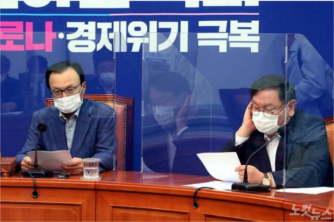 더불어민주당 이해찬 대표가 21일 오전 국회에서 열린  최고위원회의에서 발언하고 있다. 민주당은 회의실에 코로나19 감염 차단용 칸막이를 설치했다. (사진=윤창원 기자)